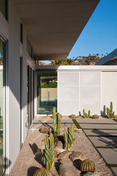 Perforated metal screens. House in Palm Springs by o2 Architecture (8)