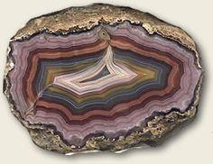 Ágata. Mineral, variedade de quartzo criptocristalino com bandas coloridas. Amostra proveniente da região noroeste do Paraná, município de Paranapoema. Geologia na Escola - Mostruário - Serviço Geológico do Paraná - Mineropar