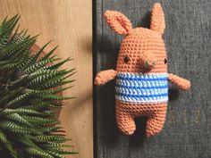 Jorge the Pig - Free Amigurumi Crochet Pattern - Spanish and English (scroll Down) Pattern here: http://picapauyan.blogspot.com.es/2015/10/un-hola-un-gracias-y-un-cerdito.html