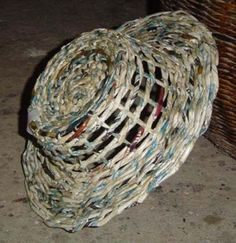 Paper Basket Diy, Diy Paper, Paper Crafts, Willow Weaving, Basket Weaving, Diy Recycle, Reuse, Recycled Magazines, Make Do And Mend