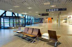 TERMINAL er et godt gjennomtenkt konsept for flyplasser samt buss- og banehaller med stor gjennomtrekk av mennesker. På slike plasser vil det stilles krav til plassøkonomisk og fleksibel utførelse. Det stilles også krav til hensiktsmessig form og materialvalg for rengjøring av søppel og matsøl. Vår modell Terminal tilfredsstiller alle disse kravene og har i tillegg god sittekomfort.