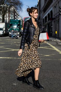 Street Style: Street style: the most beautiful beauty looks at London Fashion Week Basic Fashion, La Fashion Week, Fall Fashion Trends, Look Fashion, Girl Fashion, Autumn Fashion, Fashion Tips, Fashion Outfits, Rock Style Fashion