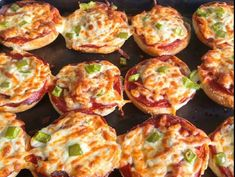 Recette : Mini pizza sur des pains hamburger. Pizza Recipes, Bread Recipes, Hamburger Pizza, Mini Croissants, Naan, Entrees, Sandwiches, Appetizers, Nutrition