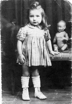 Aline Korenbajzer, 3 anni, arrestata con la madre Lili il 28 agosto 1942, durante il rastrellamento del Vel d'Hiv, uccisa ad Auschwitz-Birkenau il 31 Agosto 1942.