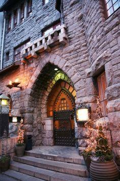 Glo Hotel Art kutsuu rentoutumaan vuonna 1903 rakennettuun graniittilinnaan.