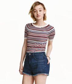 Weinrot/Gestreift. Shirt aus weichem Rippenstrick. Modell mit kurzen Raglanärmeln.