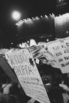 La peur et le rêve en voyage, au retour ou avant de partir (Detour Local) -> Manifestation pacifique à Barcelone en Espagne, lors de mon premier passage en 2011 www.detourlocal.com/la-peur-le-reve-en-voyage-au-retour-ou-de-partir/