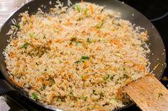Gebratener Reis - Zuerst wird der Reis angebraten und dann kommen alle anderen Zutaten nach und nach hinzu.