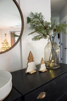 Christmas Entry & Living Room - 2018 - Designed Simple The Effective Pictures We Offer You About cla Modern Christmas Decor, Christmas Living Rooms, Scandinavian Christmas, Diy Christmas Room Decor, Noel Christmas, Simple Christmas, Natural Christmas, Homemade Christmas, Christmas Nails