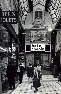 Robert Doisneau // Paris : pathways & galleries - Passage Jouffroy 1976