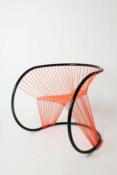 用尼龙绳和钢管做成的极简椅子