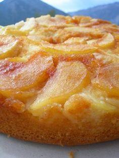GATEAU RENVERSE AUX POMMES CARAMELISEES (Pour 6 P : 5 c à s de sucre + 1 c à c d'eau pour le caramel, 2 pommes, 3 oeufs, 50 g de sucre, 100 g de crème, 135 g de farine, 1/2 sachet de levure, 50 g de beurre salé mou)