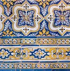 Silhar de azulejos policromáticos (azul, amarelo e castanho) que reveste as paredes até à sanca num módulo de quatro por quatro azulejos. O conjunto é composto por três padrões diferentes divididos por guarnição a formar painéis; cada uma das paredes da nave possui quatro conjuntos que alternam a disposição dos padrões. A guarnição é formada por frisos que rematam a cercadura com reservas geométricas azuis e enrolamentos de acanto. A metade superior da parede divide-se em dois padrões…