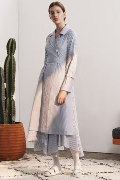 Again, the shoes are horrible - M. Martin Spring 2017 Ready-to-Wear Fashion Show Fashion 2017, Hijab Fashion, Daily Fashion, Fashion News, Fashion Show, Fashion Design, Fashion Trends, Express Dresses, Simple Dresses