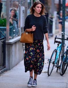 Aprovecha un poco más los vestidos de verano con estilismos como este de Alexa Chung con vestido midi de flores más jersey azul por encima. Las zapatillas Converse serán un gran aliado para los días de lluvia.