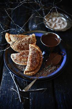 Pratos e Travessas: Empanadilhas de batata doce e laranja com molho de chocolate # Sweet potato and orange empanadilhas with chocolate sauce | Food, photography and stories