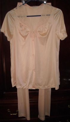 Vanity Fair Peach Colored Silky Pajama Set Size Small Ships Free in the USA #VanityFair #PajamaSets