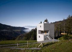 Für ihr Grundstück am Rand eines steil abfallenden Skihangs im Vorarlberger Laternsertertal wünschte sich eine Familie ein kleines...