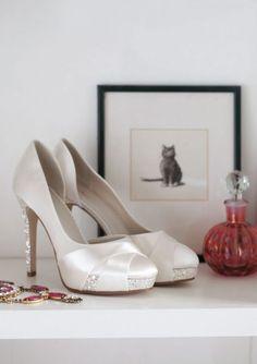 Christy brudesko fra Panayotis <3 Christy er en moderne og glamourøs brude sko. Skoen er i satin, med grov glimmer på plateauet og hælen. Skoen har en blød linning for at opnå den ultimative komfort. Hælen er 11 cm. høj