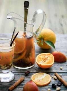 Hvid gløgg uden alkohol kan nydes af hele familien. Det smager rigtig godt, er let at lave og er et godt supplement til julehygge i december måned.