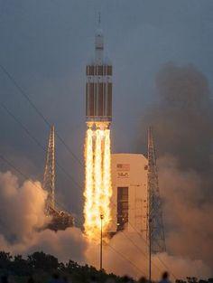 5日、米南東部フロリダ州のケープカナベラル空軍基地から打ち上げられる次世代宇宙船「オリオン」の無人試験機(EPA=時事) ▼6Dec2014時事通信|米次世代宇宙船、試験機打ち上げ=火星有人探査目指し初飛行-太平洋に着水 http://www.jiji.com/jc/zc?k=201412/2014120500848