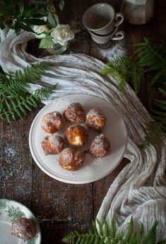 Buñuelos de viento {Receta tradicional de temporada} | Custard or whipped cream filled donuts {Seasonal recipe} http://saboresymomentos.es