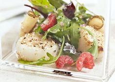 En anderledes og frisk forret med lækre kammuslinger vendt i sesamfrø og serveret med friske hindbær.
