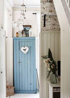 Kauniisti patinoitunut vanha kaappi tuo kotiin kerroksellisuutta ja lisää kätevästi säilytystilaa. Katso Unelmien Talo&Kodin ihanat ideat!