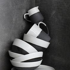 Bei uns im Shop findest Du das schöne Geschirr der Esrum Serie von Broste Copenhagen - Klick' Dich durch unseren Shop und lass' Dich inspirieren! #brostecopenhagen #brostecopenhagengeschirr #brostecopenhagentableware #brostecopenhagenceramics #esrum #esrumgeschirr #pinkmilk #interior #inspiration Japan Design, Nordic Design, Scandinavian Design, Rustikalen Shabby Chic, Broste Copenhagen, Grey Tea, Stoneware Mugs, Ceramic Teapots, Dinner Sets