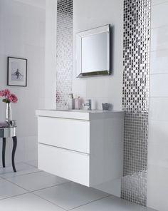 une belle mosaïque vitreuse et originale dans la salle de bains en blanc