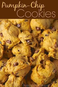 This pumpkin chocolate chip cookie recipe is quick and easy, and makes the softest, most delicious cinnamon-y chocolate chip cookies ever! These Pumpkin Chocolate Chip Cookies are hands-down the yummiest cookies ever for Fall. Köstliche Desserts, Delicious Desserts, Yummy Food, Pumpkin Chocolate Chip Cookies, Healthy Pumpkin Cookies, Cookies Vegan, Pumpkin Oatmeal Cookies, Cinnamon Oatmeal, Chocolate Snacks