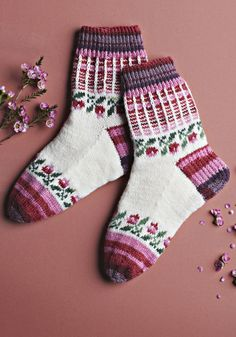 Mekkojen ja pitsien aika! Katso Suuri Käsityö -lehden huhtikuun numeron kaikki mallit | Kodin Kuvalehti Mitten Gloves, Mittens, Stitch Patterns, Knitting Patterns, Cabin Socks, Cute Socks, Drops Design, Knitting Socks, Knitting Projects