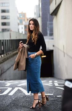 Stylish Denim Skirt Outfits Ideas To Makes You Look Stunning 02 Long Denim Skirt Outfit, Denim Skirt Outfits, Winter Skirt Outfit, Winter Outfits, Long Denim Skirts, Denim Skirt Midi, Casual Skirts, Outfit Jeans, Midi Skirts