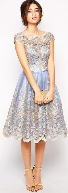 Robe bleue ciel recouverte de dentelle argentée avec épaules décolletées. Prom Dress :)