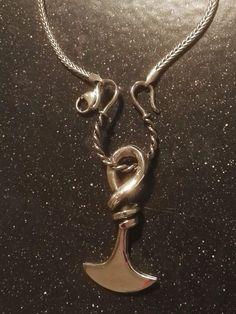 Mellemled til halskæde i sølv: 150 kr. 28 x 24mm Minimum tykkelse på kæde: 2,8mm Karabinlåsen på kæden fjernes ved brug af mellemledet..  :-)