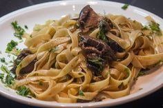 An easy recipe for making tagliatelle with mushrooms (the famous Italian, alla Boscaiola) and achieving the perfect taste of pasta without using sour cream. Greek Cooking, How To Cook Pasta, Macaroni And Cheese, Vegetarian Recipes, Spaghetti, Stuffed Mushrooms, Food Porn, Food And Drink, Yummy Food