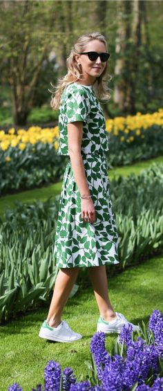 kelly green kate spade garden leaves matching short sleve crop top and flare midi skirt styled with adidas stan smith sneakers in the netherlands keukenhof flower gardens