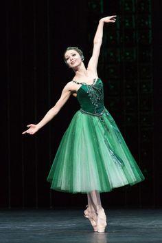 """Evgenia Obraztsova in Emeralds """"Mas, somente a habilidade em encontrar a posição adequada para seus braços produz a finesse da artística expressão do bailarino, e alcança a harmonia completa para a sua dança."""" (Agrippina Vaganova, Princípios básicos do ballet clássico, p. 60.)"""
