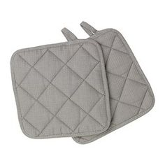 Middle layer of quilted polyester that protects very well against heat.