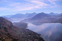 Le lac d'Annency  Réputé pour sa propreté, le lac d'Annecy est un des plus grands lacs de France, avec une surface de près de 28 km². On y trouve ainsi de nombreux oiseaux, comme les cygnes, cormorans, fauvettes, goélands ou encore martin-pêcheurs. © Chris Challon   http://www.linternaute.com/