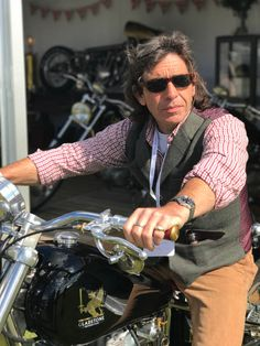 The model from the bespoke British bike builders founded by TV presenter Henry Cole, the new Gladstone Motorcycles SE Bobber has arrived Motorcycle Companies, Motorcycle Manufacturers, Henry Cole, Build A Bike, Triumph Bikes, Bike Builder, British Motorcycles, Gladstone, Tv Presenters