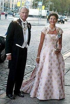Koning Carl Gustaf en Koningin Silvia Royal Look, Royal Style, Queen Of Sweden, Sweden Fashion, Swedish Royalty, Queen Silvia, Casa Real, Danish Royal Family, Royal House
