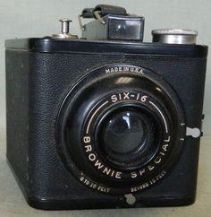 Art Deco Brownie Camera Old Cameras, Vintage Cameras, Very Nice Images, Folding Camera, Art Deco, Fujifilm Instax Mini, Vintage Black, Photographers, Cheese
