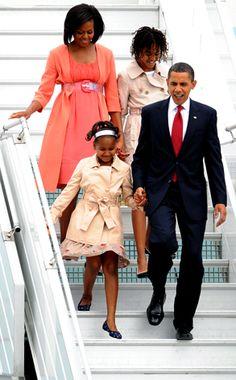 President Barak Obama With Lady Michelle Obama With Daughters Malia & Sasha Obama.Malia Obama and my dad mom. Michelle Et Barack Obama, Barack Obama Family, Michelle Obama Fashion, Malia Obama, Obamas Family, Obama Daughter, First Daughter, Presidente Obama, Malia And Sasha