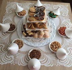 Présentation à la marocaine. Eid Cookies Recipe, Cookie Recipes, Dessert Recipes, Moroccan Breakfast, Latifa, Middle East Food, Egyptian Food, Good Food, Yummy Food