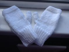 These white, cute and simple handmade gloves are perfect for keeping your hands warm while out running, doing errands, or while out on a day