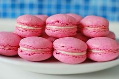 makronky malinové Macaroons, Hamburger, Muffin, Food And Drink, Cupcakes, Bread, Breakfast, Recipes, Pink