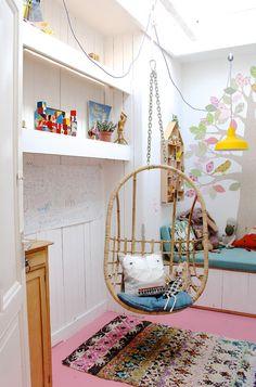 Sonia la plus jeune a une petite chambre avec uniquement une fenêtre de toit : pas de jolie vue donc, mais beaucoup de luminosité et un très belle arbre un stickers sur le mur. Les trucs en plus dans la chambre de Sonia, ce sont la cabane avec le lit …