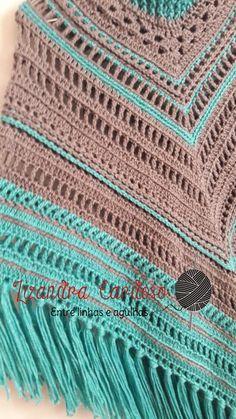 """Amores!!!   A postagem de hoje é um pouco diferente.   Não vai ser """"passo-a-passo"""" tradicional.   Vou apenas dizer o que foi feito em cad... Crochet Poncho Patterns, Crochet Shawls And Wraps, Shawl Patterns, Knit Crochet, Boho Chic, Hippie Chic, Poncho Shawl, Purses And Bags, Knitting"""