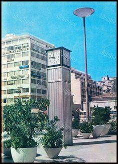 """Μηχανικό ρολόι στην πλατεία Κοραή, Πειραιάς 1970's. Φωτογραφία από το βιβλίο του Διονυσίου Πανίτσα """"Ο άρχοντας του Πειραιώς"""". Athens, Old Photos, Multi Story Building, Explore, Mansions, History, House Styles, Greek, Old Pictures"""